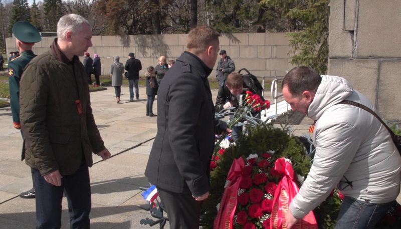 В Петербурге христиане возложили цветы на Пискарёвском мемориальном кладбище