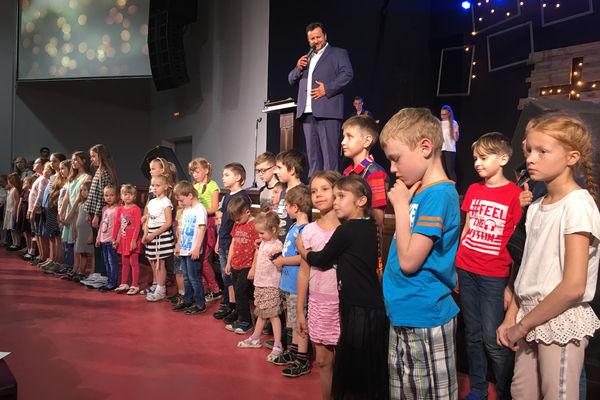В церквях РОСХВЕ благословили учащихся на новый учебный год