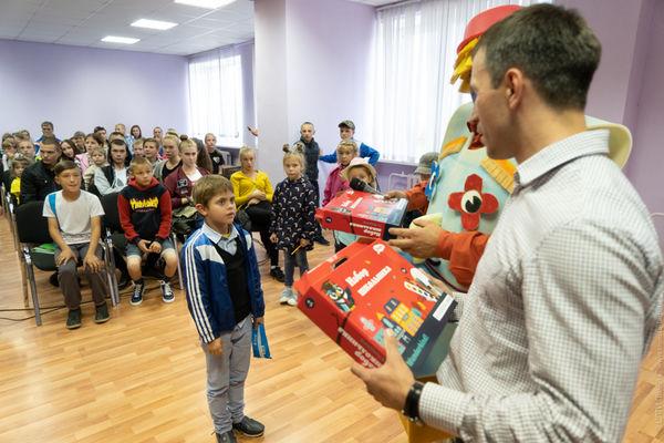 Около 100 детей собрали в школу волонтёры фонда «Преображение»
