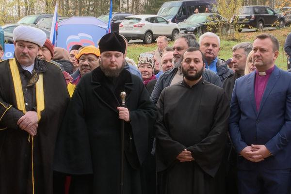 Священнослужители вместе с врио губернатора Санкт-Петербурга посадили деревья в межконфессиональной роще