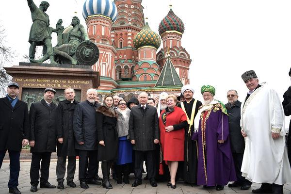 Президент РФ и священнослужители возложили цветы к памятнику Минину и Пожарскому