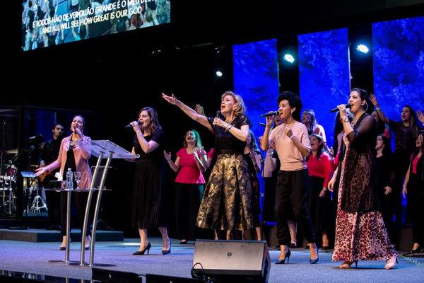 Пастор Дэнис Реннер служила на женской конференции в Бразилии